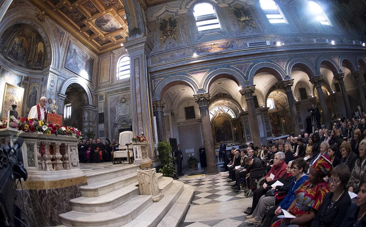 Papež Frančišek pozval vlade, naj prebežnike izpustijo iz sprejemnih centrov