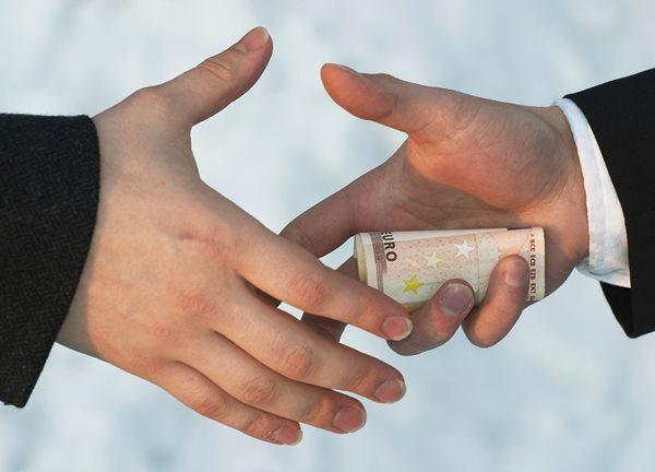 Porast optimizma med državljani in predstavniki podjetij glede korupcije v EU