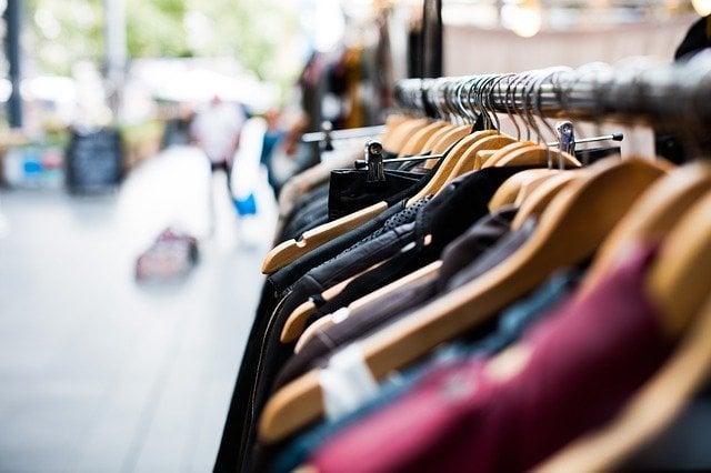 Obleka naredi človeka – tri nevladne organizacije združile moči za manj odpadnih oblačil
