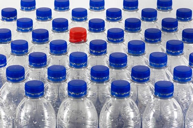Cena plastenke: analiza ogljičnega odtisa plastične embalaže za vodo