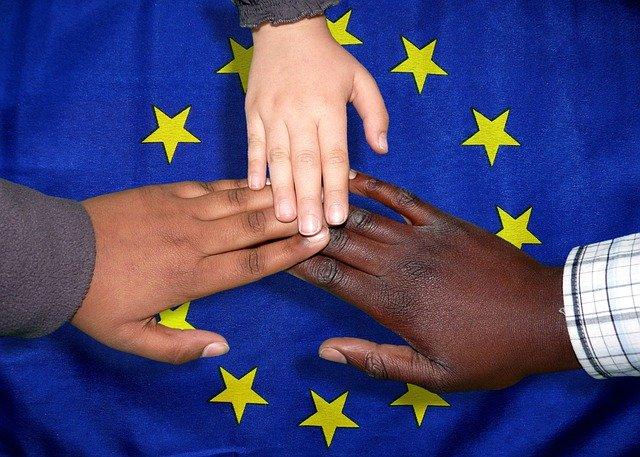 Evropska komisija objavila javno posvetovanje in razpis za strokovno skupino za vprašanja migrantov