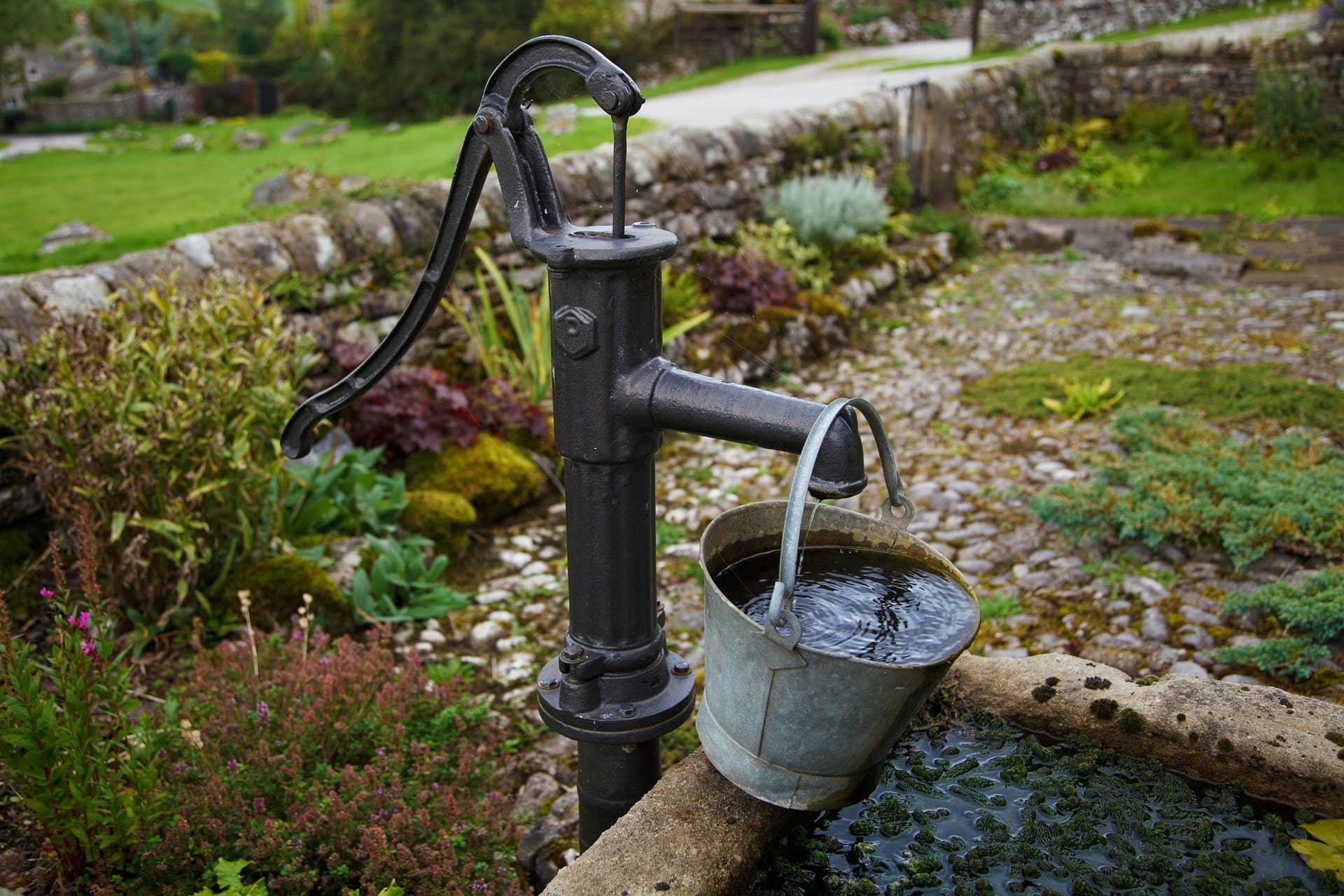 Pipa s tekočo čisto vodo. Vir: Pixabay
