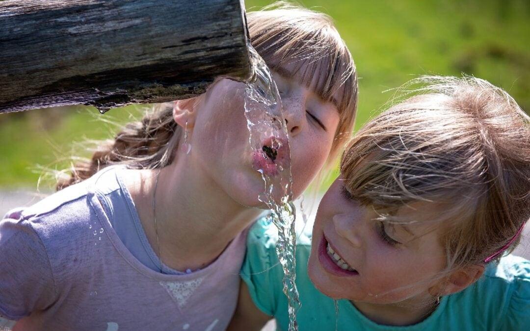 Otroka pijeta vodo. Vir: Pixabay
